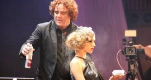 פטריק קמרון על הבמה בתל-אביב